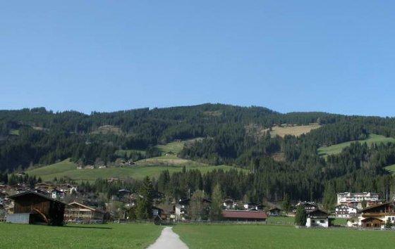 Der breite Sonnberg, ganz hinten die höchste Erhebung ist der Rauhe Kopf. Kaum zu glauben - es sind über 700 Höhenmeter.