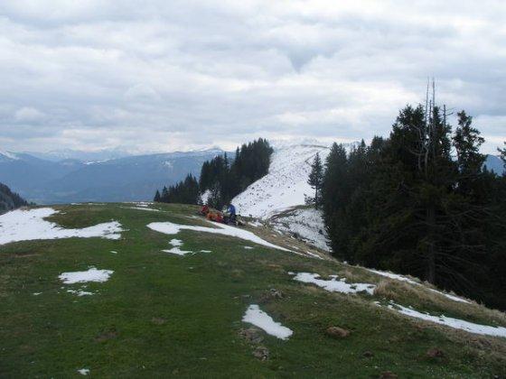 Am Vorgipfel des Lochner Horn. Die schneebedeckte, unscheinbare Kuppe im Hintergrund ist der Hauptgipfel.