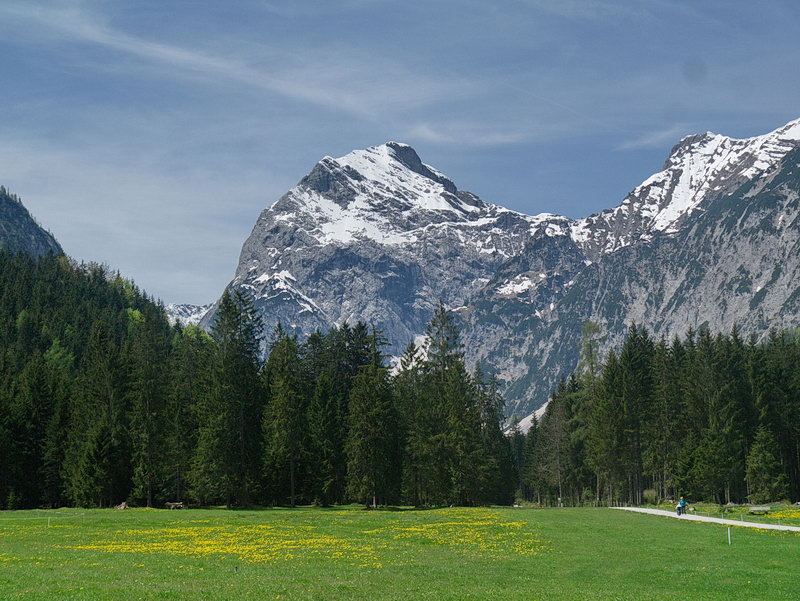 Bei der Anfahrt im Falzthurntal präsentiert sich das Sonnjoch als mächtiger Felsblock.