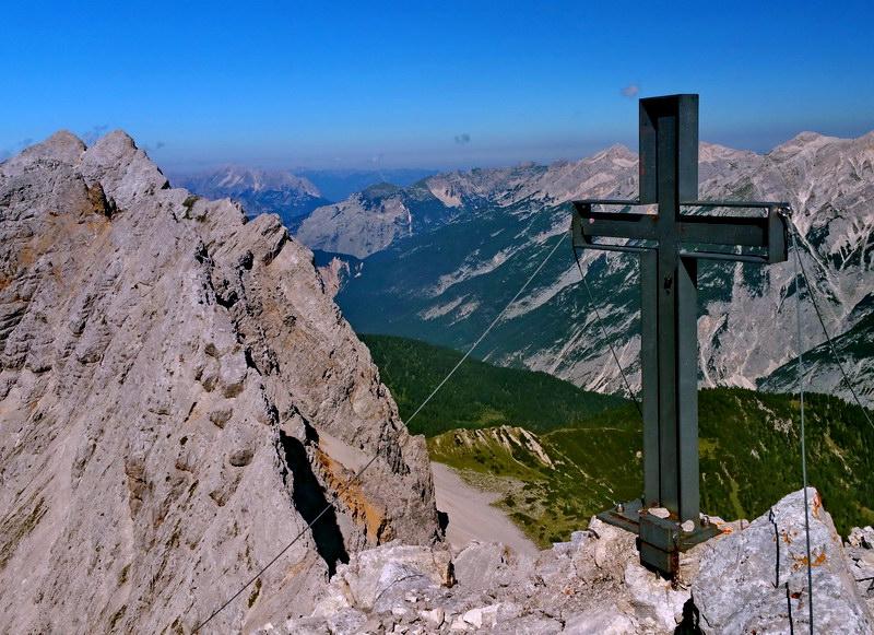 Am Gipfel - Blick über das Hinterautal zur Pleisenspitze. Links die Praxmarerkarspitze.