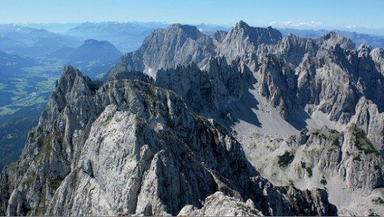 Blick von der Ackerlspitze nach Westen. Die beiden vorderen Gipfel sind die Hochgrubachspitzen