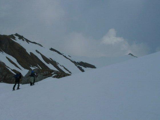 Eine halbe Stunde vor dem Gipfel (rechts). Die drei Schneeschuhwanderer befinden sich kurz vor der Grubascharte.