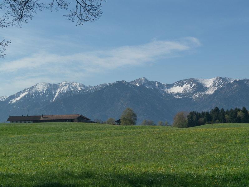 Blick von Norden auf die Spitzingsee-Berge: Genau in der Bildmitte steht die Heissenplatte