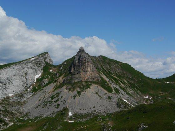 Blick von Süden auf die Rossköpfe (Bildmitte) und links daneben die Seekarlspitze. Ein Teil der Nordostwand, über welche der Klettersteig verläuft, ist rechts unterhalb des Gipfels gut zu erkennen.