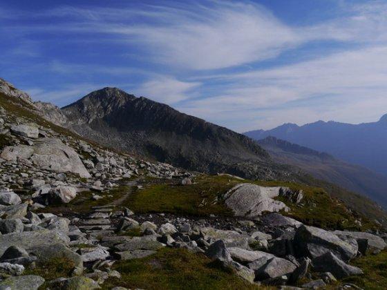 Der stellenweise sehr schön angelegte Weg zur Zillerplattenscharte. Blick zurück zum Windbachtalkogel, links von ihm befindet sich die Windbachscharte (Schöntaljoch).