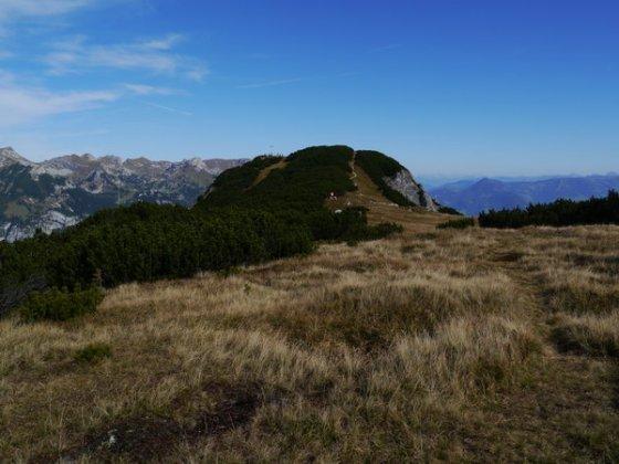 Der Gipfelbereich des Bärenkopfes von der Südseite aus ist wesentlich freundlicher.Links vom Gipfel das zentrale Rofangebirge, rechts vom Gipfel im Hintergrund der Wilde Kaiser.