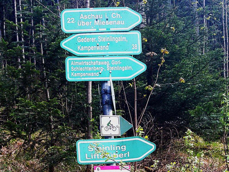 Nach der Abzweigung zur Maisalm  (das Wegekreuzung mit den fünf Wegen) fahren wir weitere 600 m bis zu dieser Gabelung. Hier entsprechend Wegweiser rechts halten.