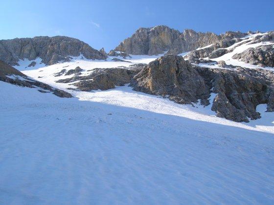 Im Schlauchkar. Die Aufstiegsroute führt in einem Bogen oberhalb der Felsabrüche vorbei.