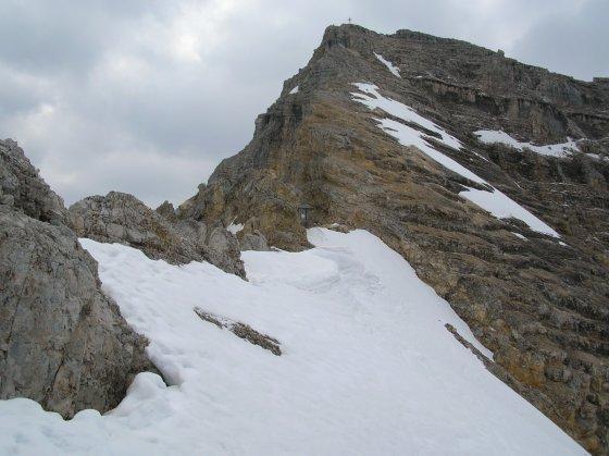 Am Schlauchkarsattel: Blick zur Birkkarspitze. Die Aufstiegsroute verläuft etwas rechts vom Grat. Die Sicherungen waren Anfang Juni stellenweise unter Schneefeldern verborgen.