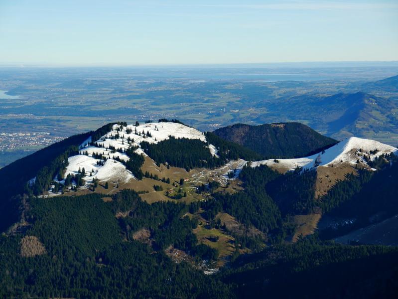 Gipfelblick über den Farrenpoint in das Alpenvorland.