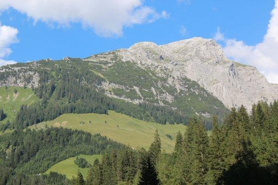 Das Kammerlinghorn wie man es bei der Anfahrt von Weißbach sieht. Der Aufstieg führt über die Almflächen und dem Wald in der linken Hälfte des Fotos. Danach geht es immer den Grat entlang bis zum höchsten Punkt.