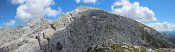 Sicht vom Karlkopf zum Kammerlinghorn. Über diesen langen Schrofenrücken führt der Schlußanstieg.