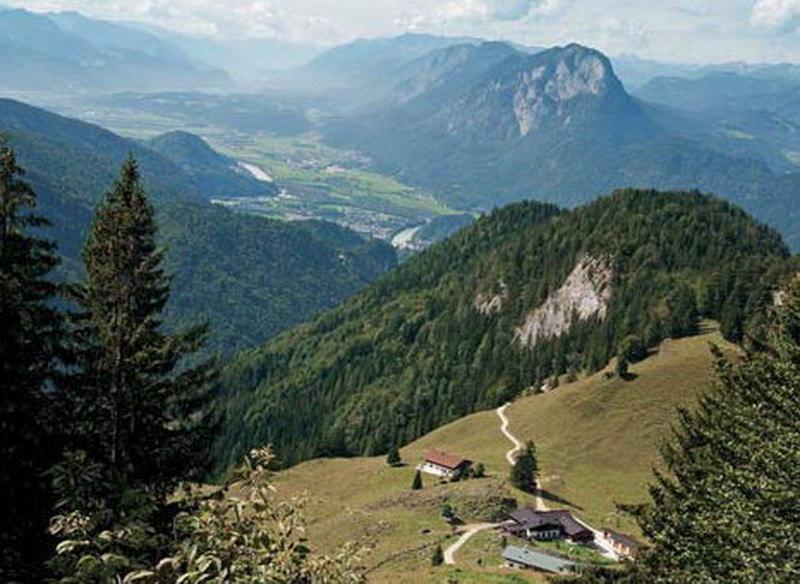 Beim Abstieg über die Ritzau-Alm blickt man tief hinab in das Inntal um Kufstein