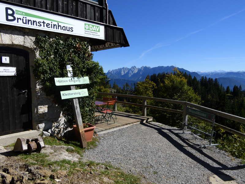 Das schön gelegene Brünnsteinhaus ist das Ziel dieser Wanderung.