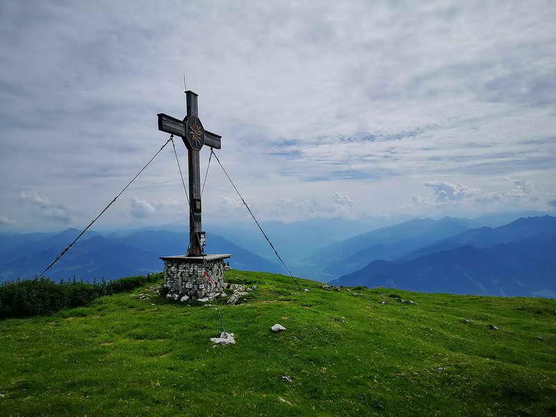 Aufgrund der exponierten Lage reicht der Blick vom breiten Gipfelplateau aus weit in das Zillertal.