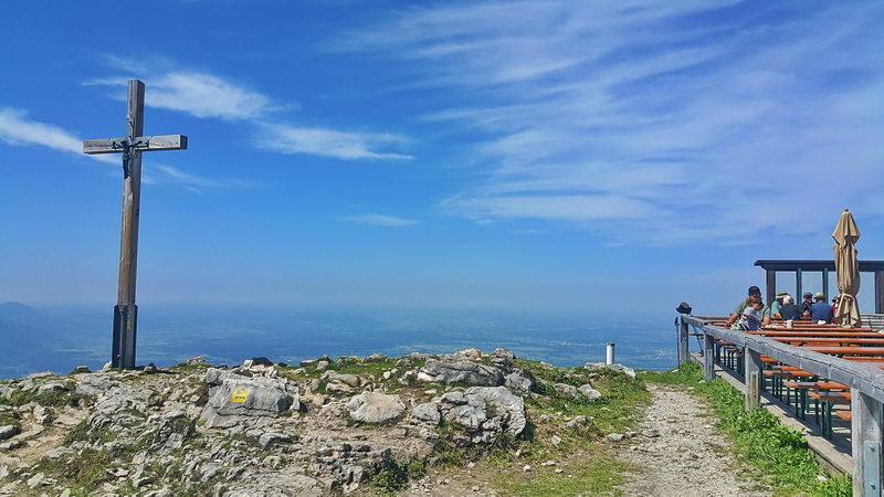 Geschafft - direkt neben dem Gipfelkreuz wartet mit der Hochrieshütte die wohlverdiente Pause!