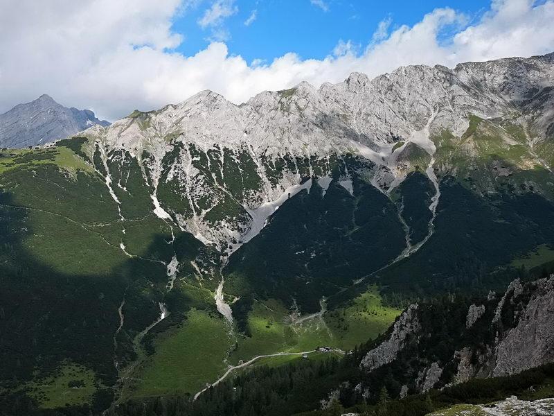 Der Roßlochkammer, gesehen vom Lafatscher Joch. Der Reps ist auf dem Kamm links die kleine, grüne Spitze, die in die Wolke ragt. Die Sunntigerspitze ist rechts daneben die felsige Pyramide. Beide in der linken Bildhälfte.