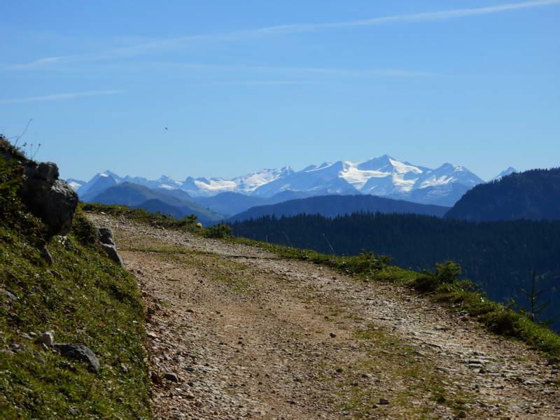 Bei der Himmelmoosalm wird die Fahrbahn wieder besser, rechts dominieren die Hohen Tauern mit dem Großvenediger.