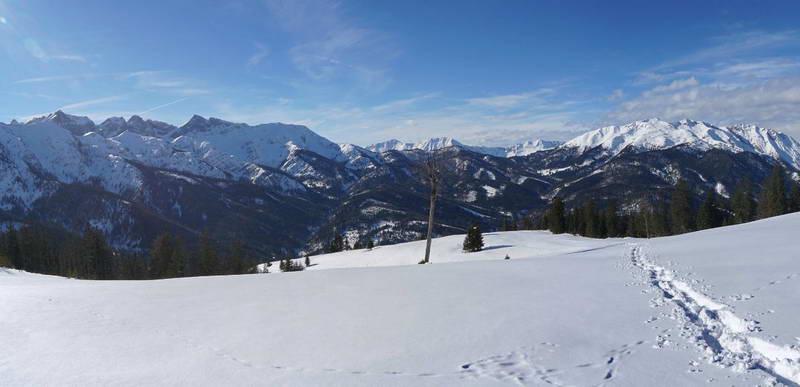 Blick zurück auf den Aufstiegshang und den Talkessel um Steinberg. Links das Rofangebirge, rechts die Unnütze.
