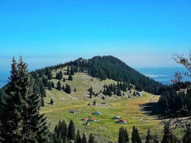 Während des Aufstiegs gibt es einen schönen Blick auf das Riesenplateau (rechts hinten die Riesenhütte).