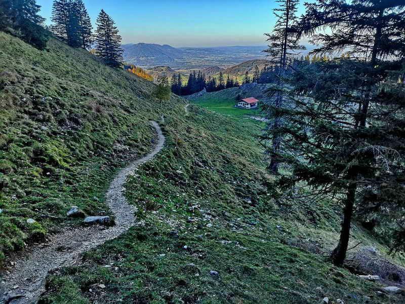 Der erste Teil des einfachen Bergsteigs nach der Ebersberger Alm (Bildmitte). Etwas später verläuft der Weg durch Wald und zum Teil über Wurzelwerk.