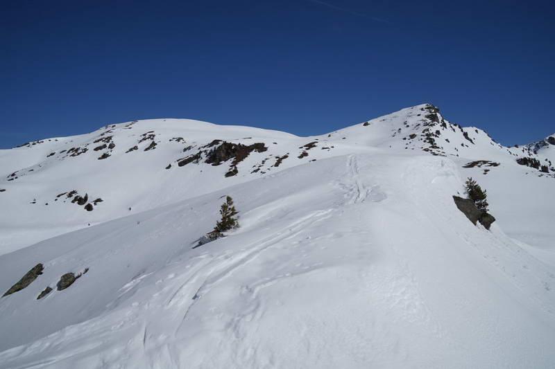Der formschöne Gipfel des Mannskopf rechts ist etwas höher als die unscheinbare Speikspitze links.
