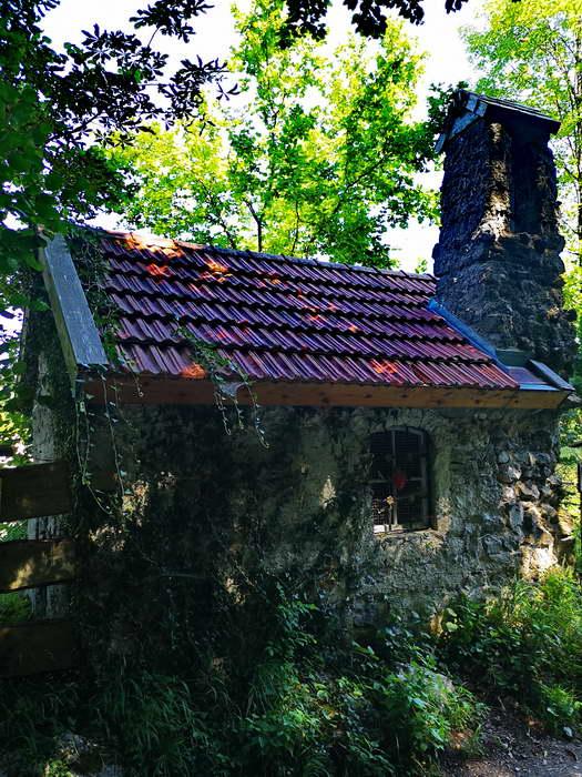 Etwas versteckt im Wald beim Wolfsee liegt diese alte Kapelle, erbaut von dem Allgäuer Johann Weizenegger.