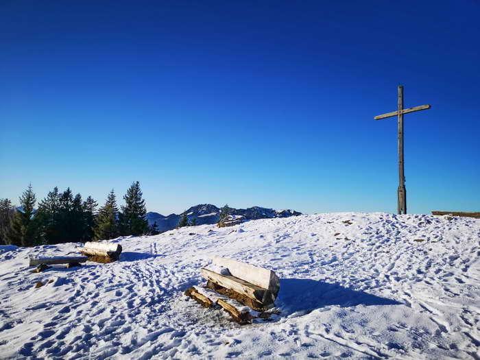 Auch im Winter wird der flache Gipfel Hochalm gern bestiegen.