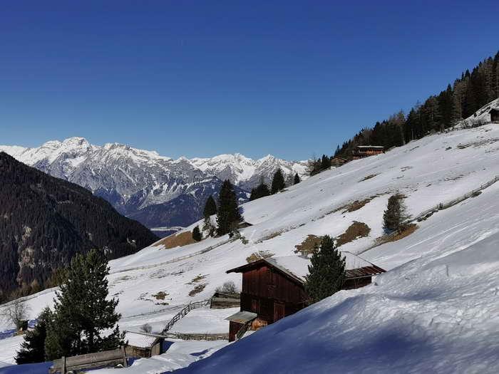 Kurz vor der Poversalm (rechts am unteren Ende des Waldes). Im Hintergrund Inntal und Karwendel.