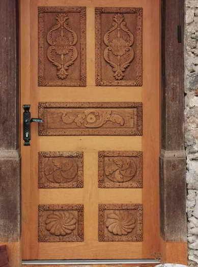 Die alte Holztür des renovierten Hofes in Untersulzberg ist ein besonderer Blickfang