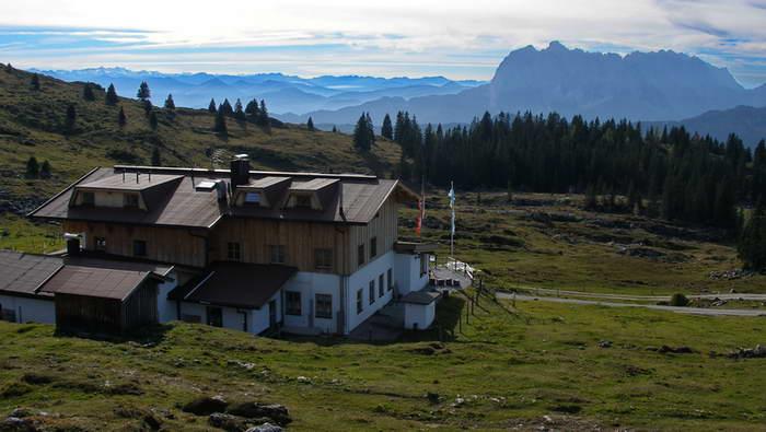 Das Straubinger Haus, rechts der Wilde Kaiser