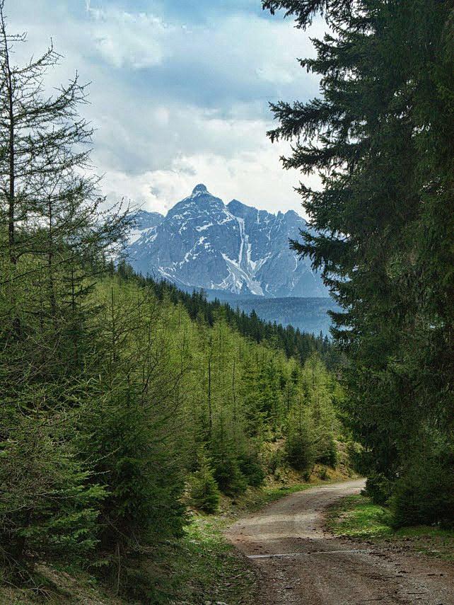 Die Serles von den Tuxer Alpen aus. Darunter das Wipptal.