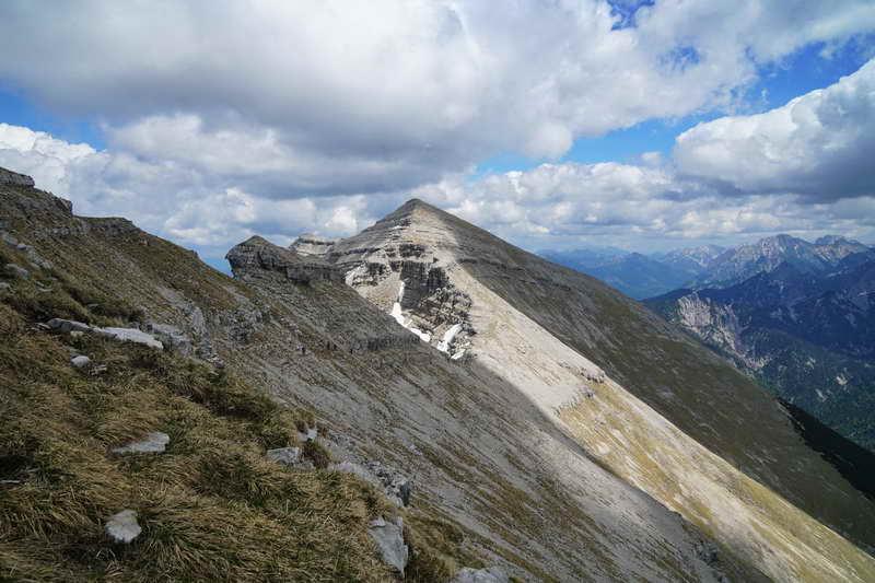 Blick von der Reißenden Lahnspitze rüber zur formschönen Gipfelpyramide der Soiernspitze