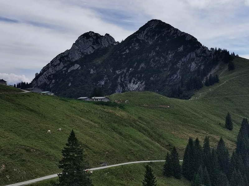 Die Roßsteinalm, darüber die Tegernseer Hütte zwischen Roß- und Buchstein