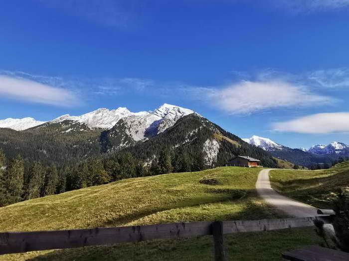 Von der Litzlalm der Blick auf Hocheisspitze, Karlkopf, Seehorn im Steinernen Meer