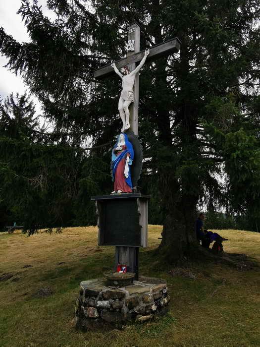 Den Gipfel des Zinnkopfes ziert ein schönes Holzkreuz