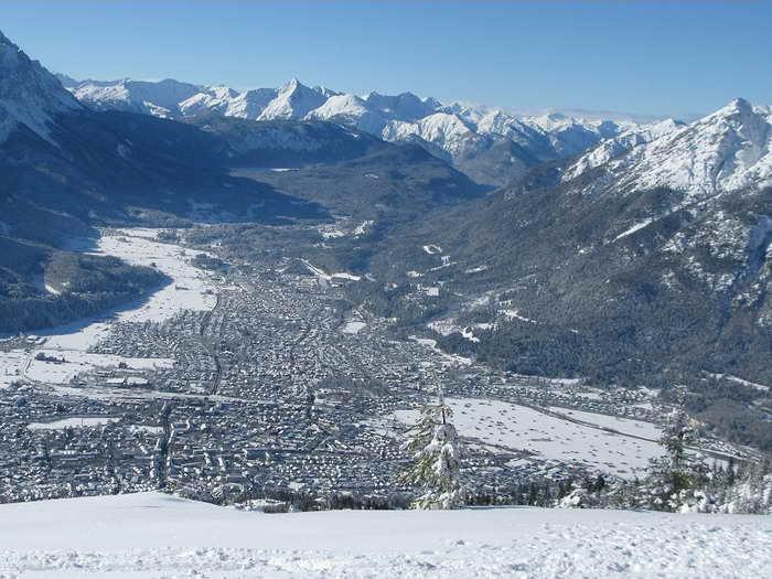 Blick über Garmisch Richtung Lechtaler Alpen mit dem Daniel