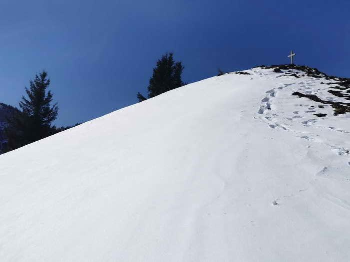 Das kleine Holzkreuz des Erlbergkopfes
