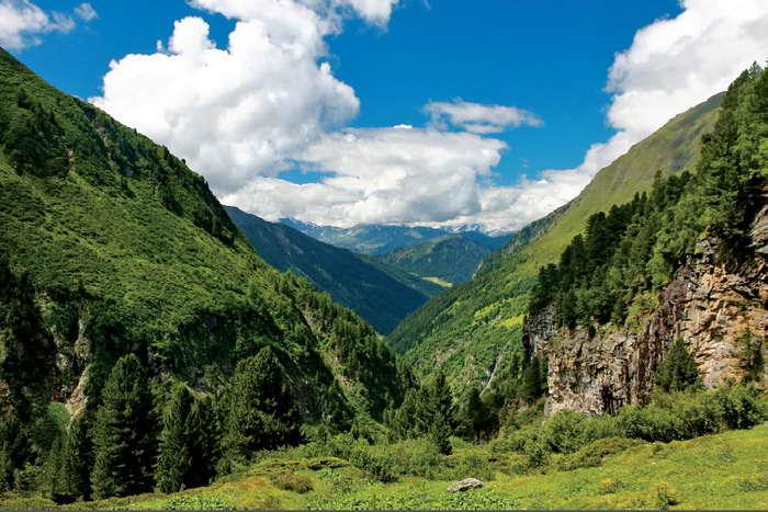 Je höher wir übers tief eingekerbte Valsertal hinauskommen, desto prächtiger wird die Aussicht.Foto © Mark Zahel