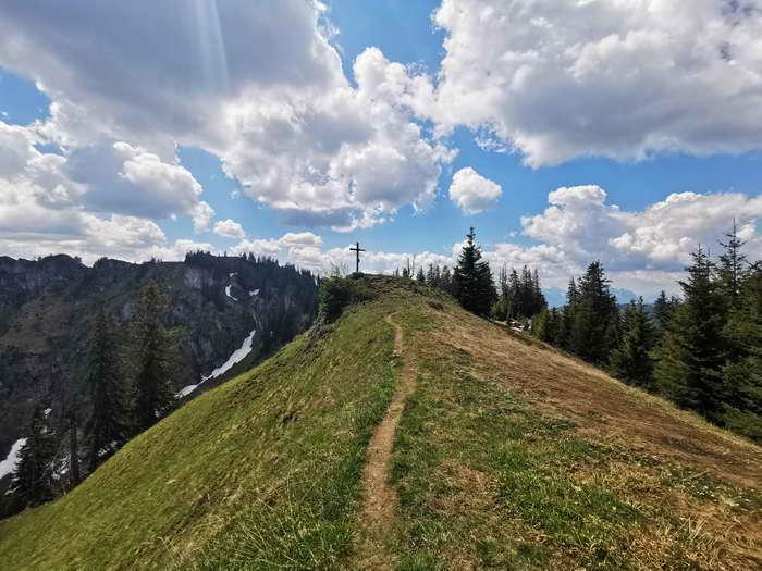 Der kurze Verbindungsweg vom höchsten Punkt zum Gipfelkreuz