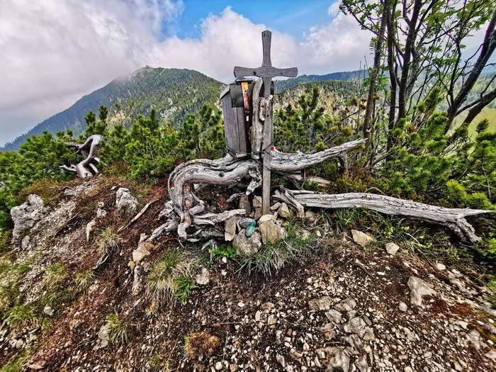 Das kleine, schlichte Gipfelkreuz des Weißgrabenkopfes
