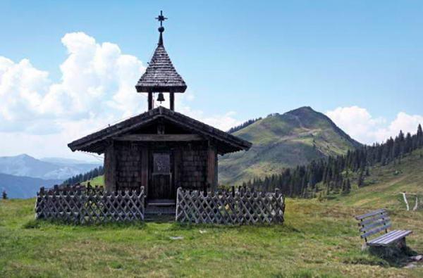 Die kleine schindelgedeckte Annakapelle mit ihrem großen Dachreiter vor dem Brechhorn. Foto © Susanne und Walter Elsner