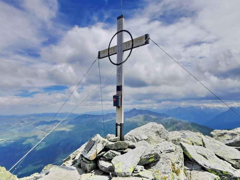 Am Gipfel des Hirzer reicht die Sicht weit in die Tuxer Alpen